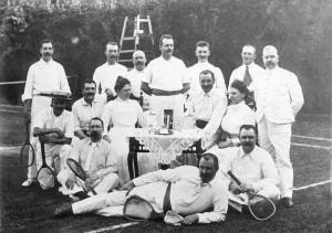 Een tennisgezelschap van dames en heren, Nederland 1911 (Geheugen van Nederland, Spaarnestad Photo)