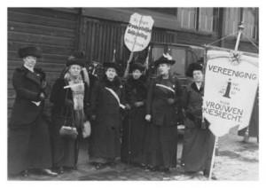 Vrouwen voeren propaganda voor vrouwenkiesrecht in Amsterdam, 15 februari 1914 (dossier Atria)