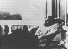 Nietzsche op het balkon van de villa, foto Hans Olde (via http://de.wikipedia.org/wiki/Nietzsche-Archiv)