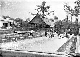 Arbeiders van een koffiefabriek tijdens het opruimen van de asregen na een uitbarsting van de vulkaan Gunung Kelud (1907-1931). Collectie Tropenmuseum