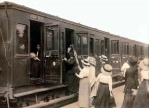 Passagiers stappen op het station van Bussum in een tweede-klasserijtuig (via jenneken.nl)