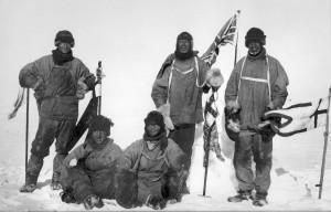 De expeditieleden van Scott (tweede van rechts; rechts naast hem Oates), via Wikpedia